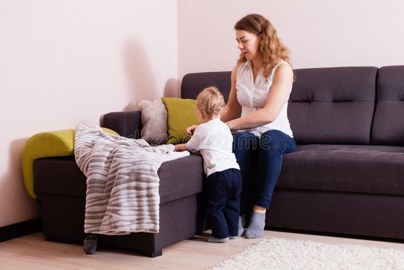 年轻互动母亲和她的小孩 免版税库存照片