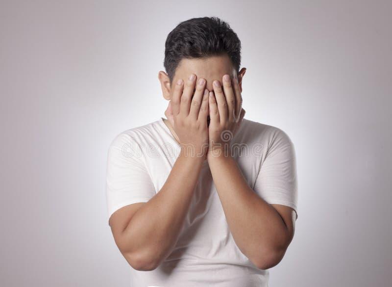 年轻亚洲人哭泣 库存图片