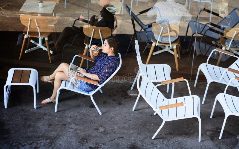 年轻亚洲人在咖啡馆 图库摄影