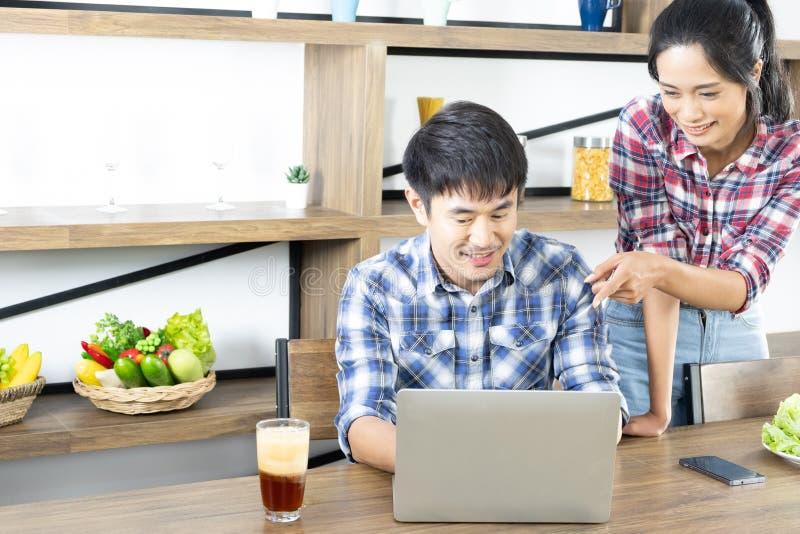 年轻亚洲可爱的夫妇饮用的咖啡用牛奶 库存图片