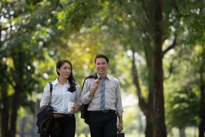 年轻亚洲商人和妇女愉快的面孔 他在t走 免版税库存照片