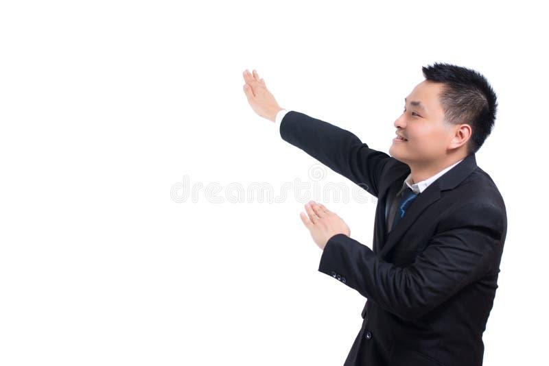 年轻亚洲商人庆祝成功 与胳膊的愉快的商人和微笑,当站立隔绝在白色backgrou时 免版税图库摄影