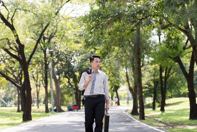 年轻亚洲商人陈列重音面孔 他在Th走 图库摄影