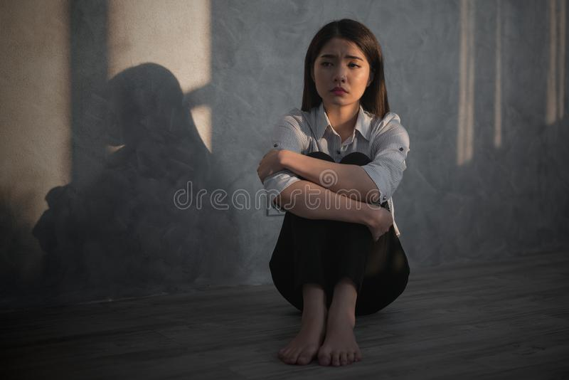 年轻亚洲女实业家感受注重了/忧虑/头疼/哀伤/啼声d 免版税库存图片