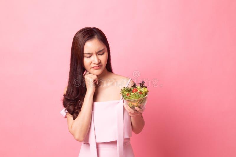 年轻亚洲妇女不愉快的怨恨沙拉 免版税库存照片