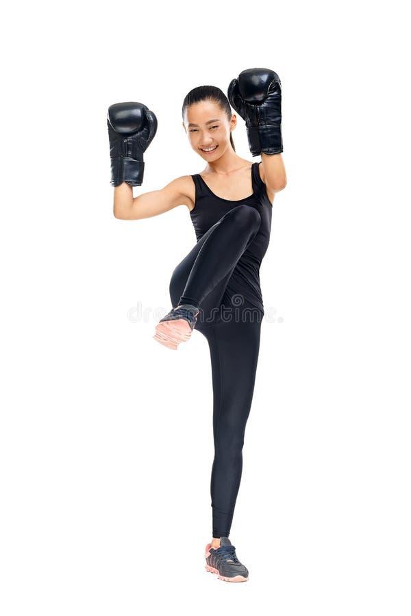 年轻亚洲妇女战斗机画象在拳击手套训练的 免版税库存照片