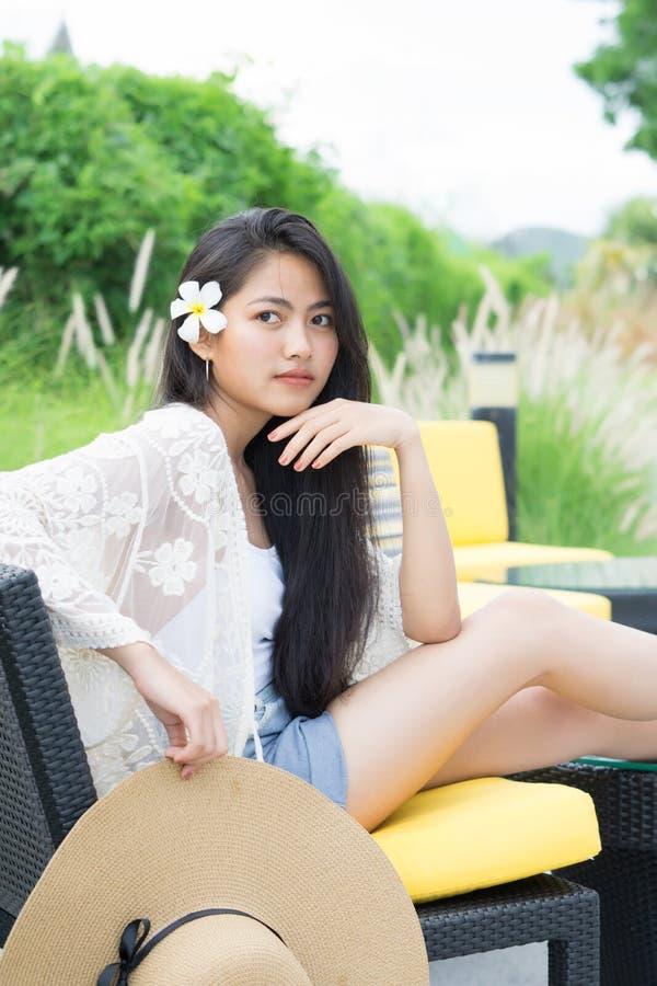 年轻亚洲妇女放松室外在手段 库存图片