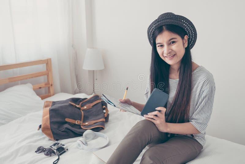 年轻亚洲妇女旅行家计划假期假日远征 免版税库存图片