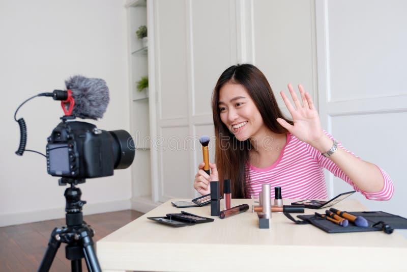 年轻亚洲妇女秀丽博客作者陈列如何组成录影tu 免版税库存图片