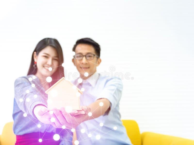 年轻亚洲幸福夫妇爱家庭男性和女性谈论的房子购买和房主谈论选择与 免版税库存照片