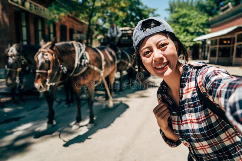 年轻亚洲采取的自画象拉长的马推车 免版税图库摄影