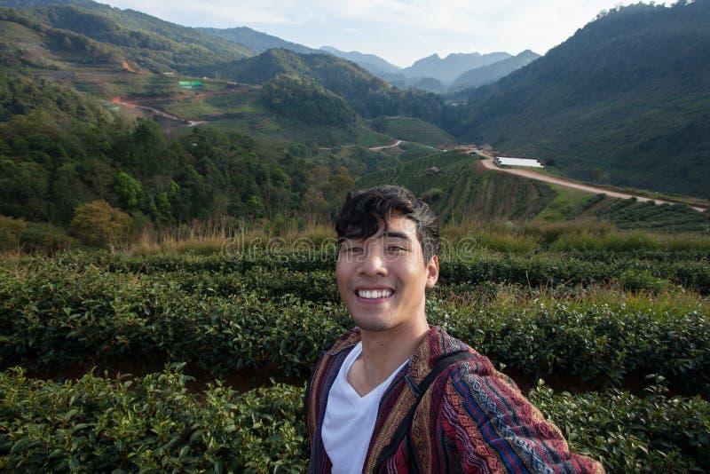 年轻亚裔人旅客微笑着 库存照片