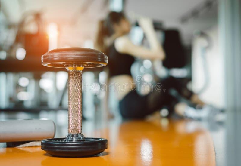 年轻亚裔从瓶的妇女饮用的蛋白质震动在锻炼以后 库存照片