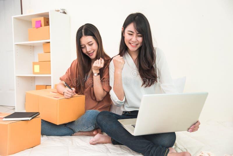 年轻亚裔妇女起始的小企业企业家SME distri 库存图片