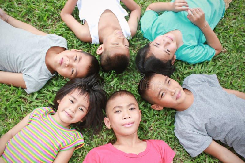 年轻亚裔小男孩和亚裔女孩画象有美好时光在公园 库存照片