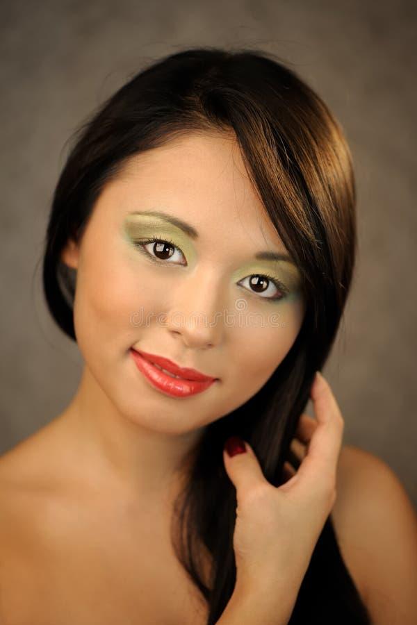 年轻亚裔微笑的妇女 免版税库存图片