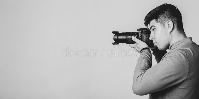 年轻亚裔摄影师 免版税库存照片