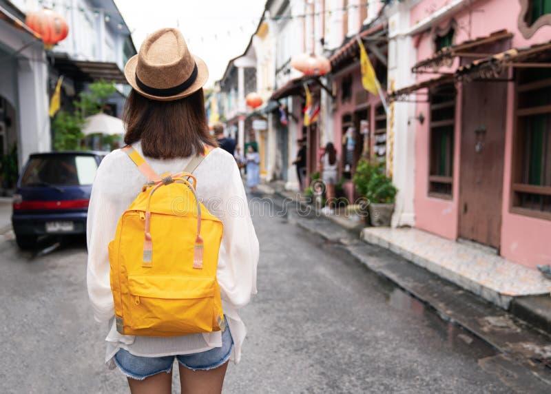 年轻亚裔旅行的背包徒步旅行者在Khaosan路室外市场上在曼谷,泰国 免版税图库摄影