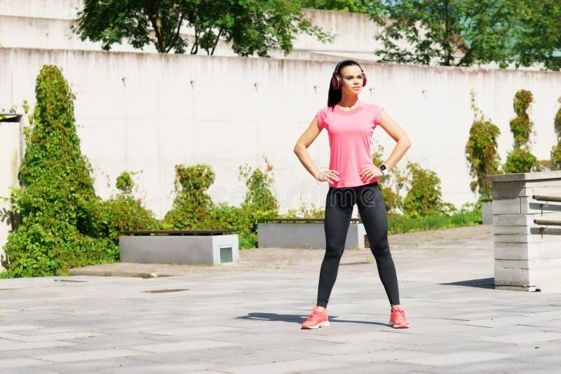 年轻人、适合和运动的女孩街道 健身,体育,都市跑步和健康生活方式概念 免版税图库摄影