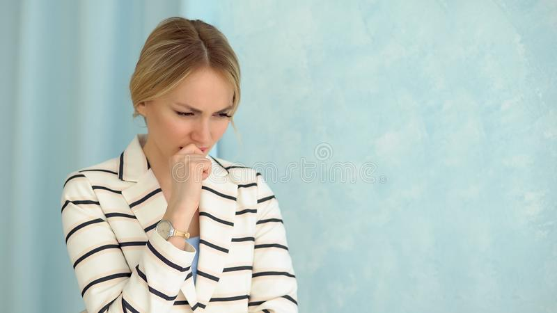 年轻人一件镶边夹克的震惊的妇女 特写镜头 库存图片