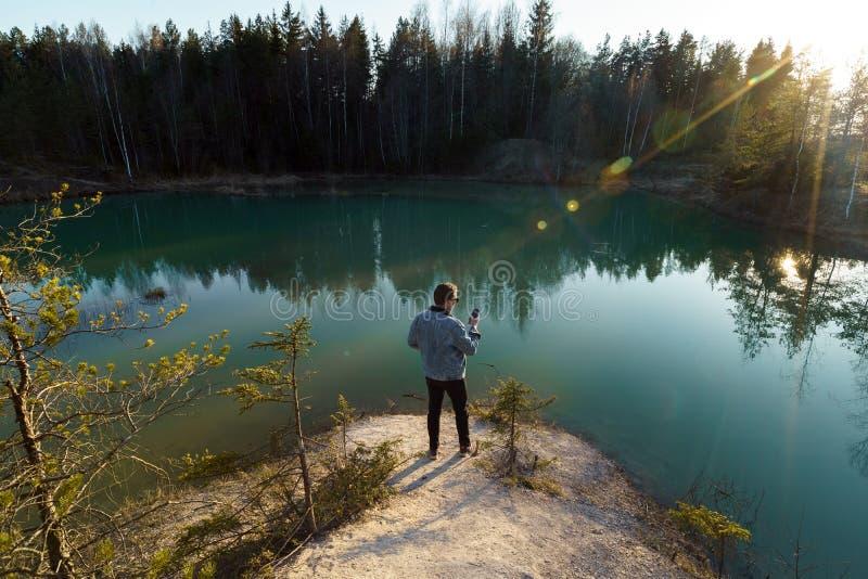 年轻人作为旅行照片-拉脱维亚- Meditirenian样式的美丽的绿松石湖颜色在波罗的海国家- 库存图片