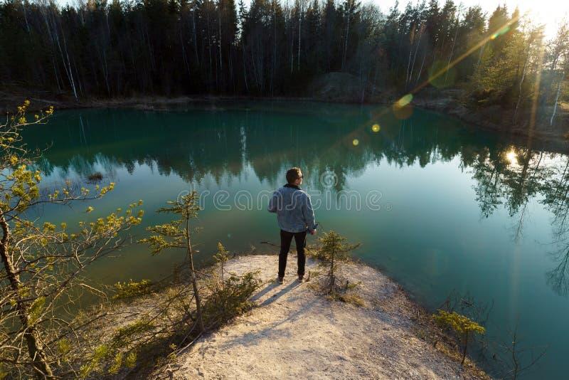 年轻人作为旅行照片-拉脱维亚- Meditirenian样式的美丽的绿松石湖颜色在波罗的海国家- 库存照片