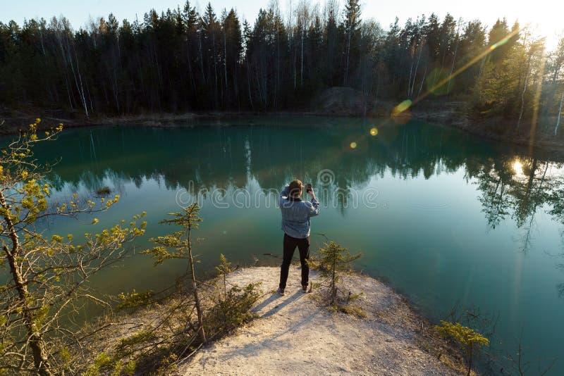 年轻人作为旅行照片-拉脱维亚- Meditirenian样式的美丽的绿松石湖颜色在波罗的海国家- 免版税库存图片