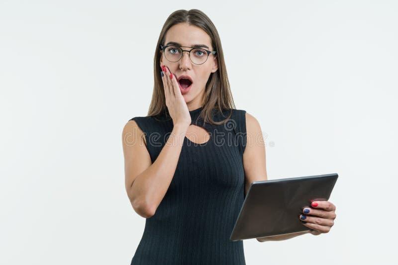 年轻人使有数字式片剂的女实业家惊奇在白色背景中 免版税库存图片