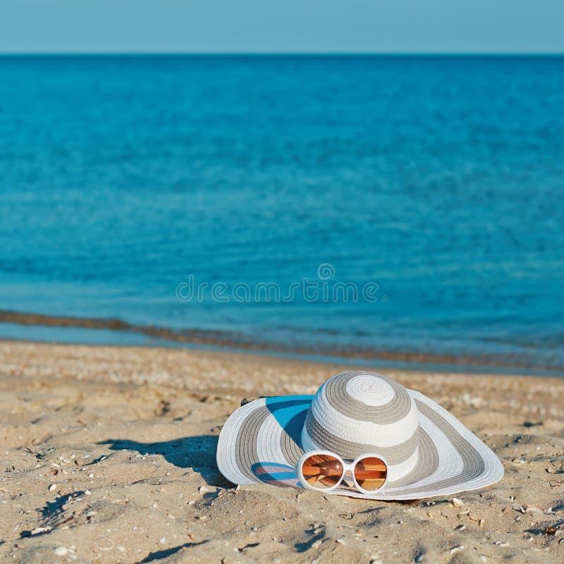 年轻人和美女有体育和亭亭玉立的身体的在海滩,海游泳衣的海岸线 库存图片