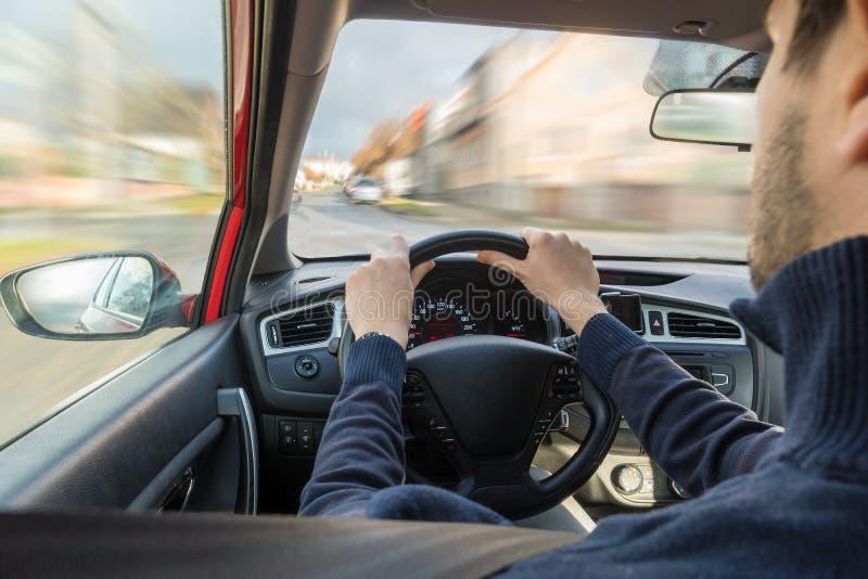 年轻人在城里开车 快速驾驶 从内部查看 库存图片