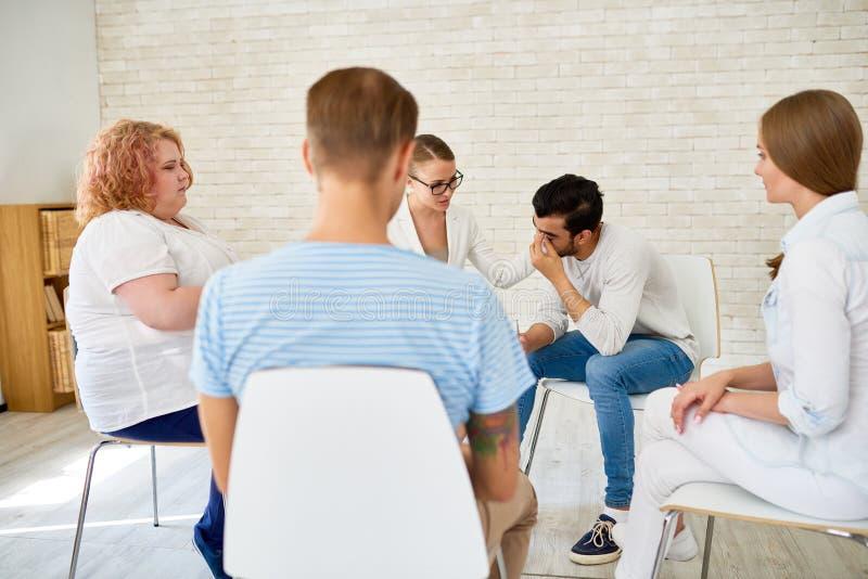 年轻人在小组疗期上的分享问题 免版税图库摄影