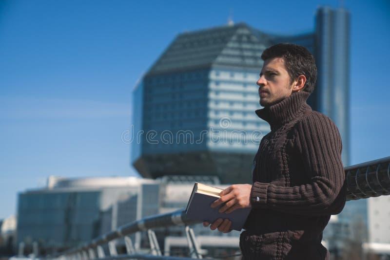 年轻人在晴天studen户外阅读书 免版税库存照片