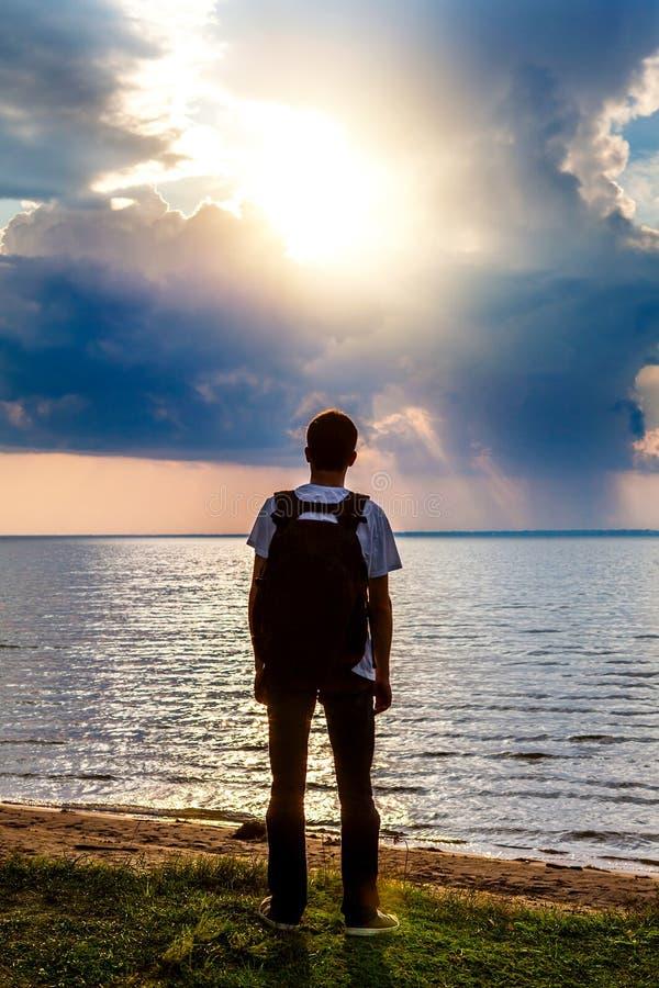 年轻人在海边 库存照片