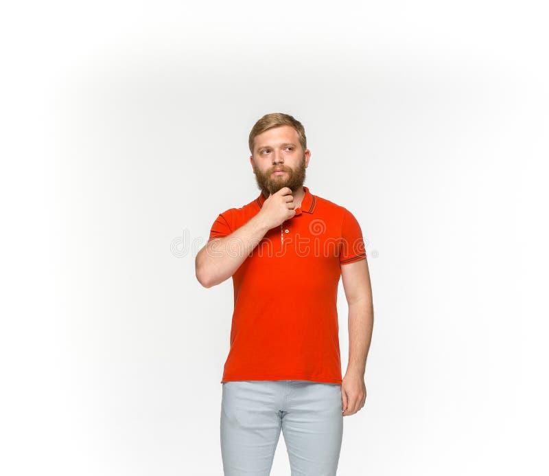 年轻人在白色背景隔绝的空的红色T恤杉的` s身体特写镜头  嘲笑为设计观念 免版税库存图片