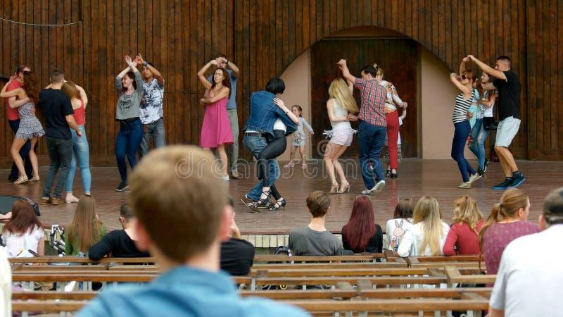 年轻人在阶段跳舞 免版税图库摄影