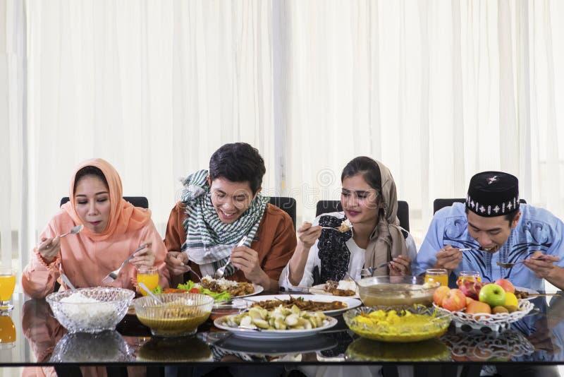 年轻人在Eid穆巴拉克庆祝时吃 免版税库存照片