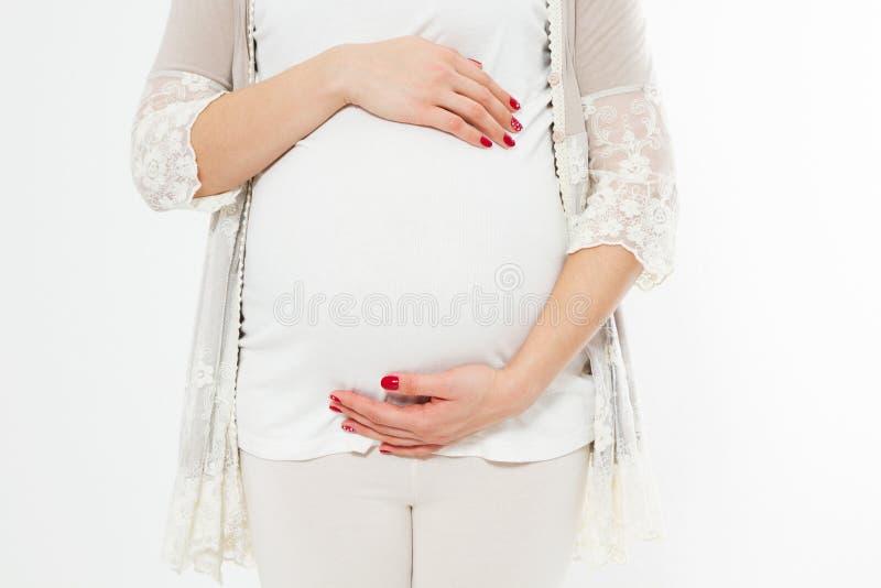 年轻人孕妇握她的在她圆鼓的腹部的手 概念亲吻妇女的爱人 喜事,孩子的诞生 免版税库存图片