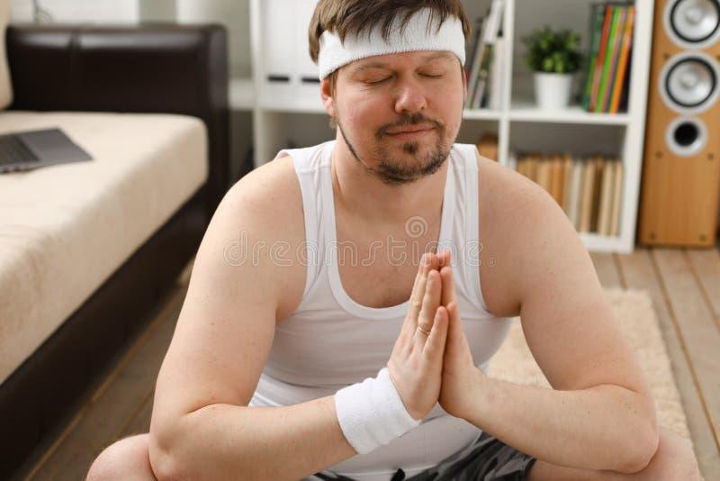 年轻人实践的瑜伽和普拉提 库存图片