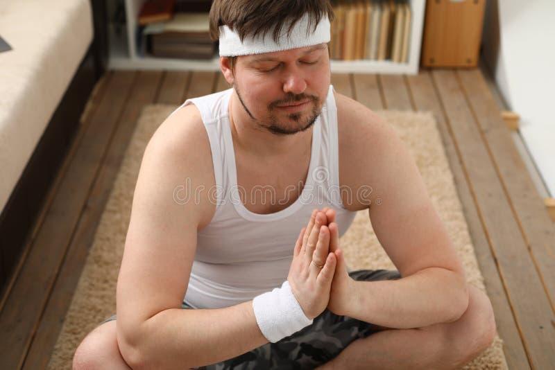 年轻人实践的瑜伽和普拉提 免版税库存照片