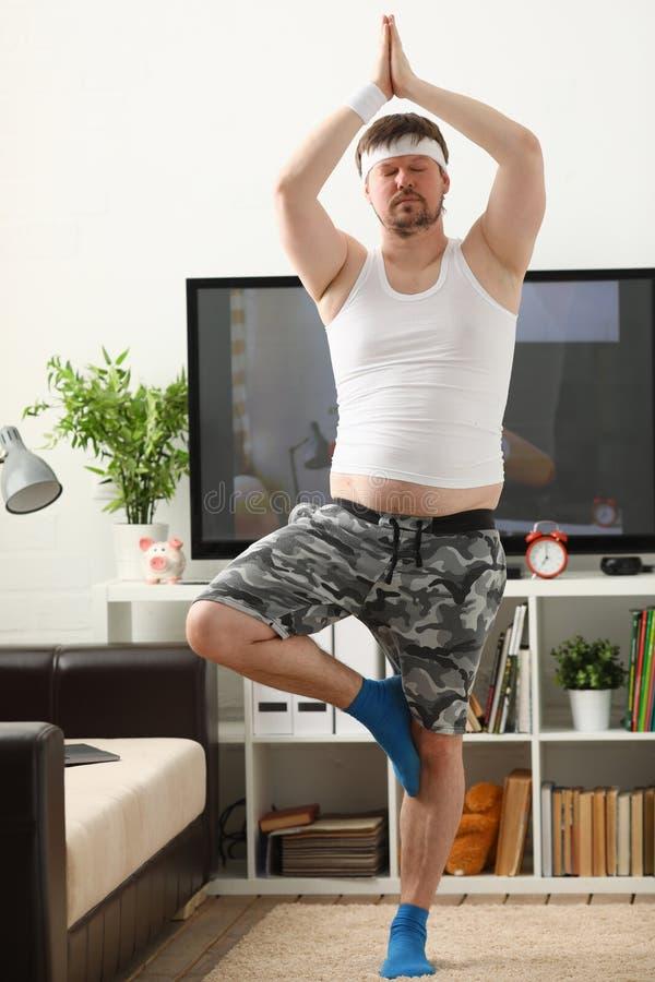 年轻人实践的瑜伽和普拉提 免版税库存图片