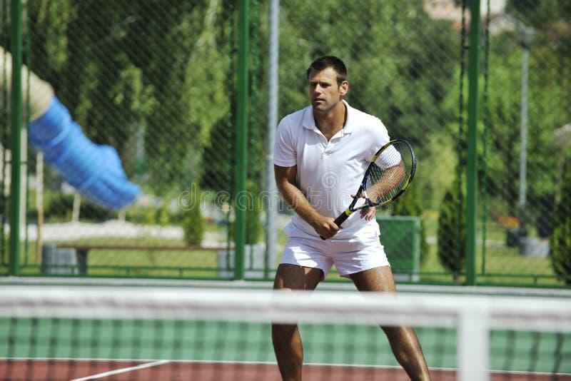 年轻人室外作用的网球 库存图片