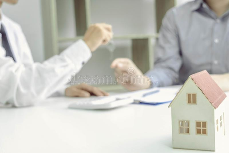年轻人将批准金钱租用房子和汽车 免版税库存图片