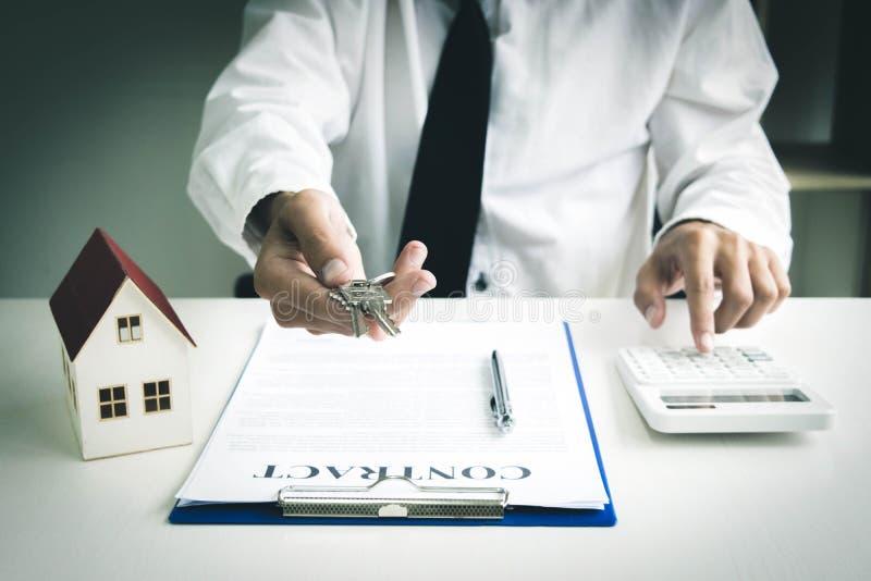 年轻人将批准金钱租用房子和汽车 库存照片