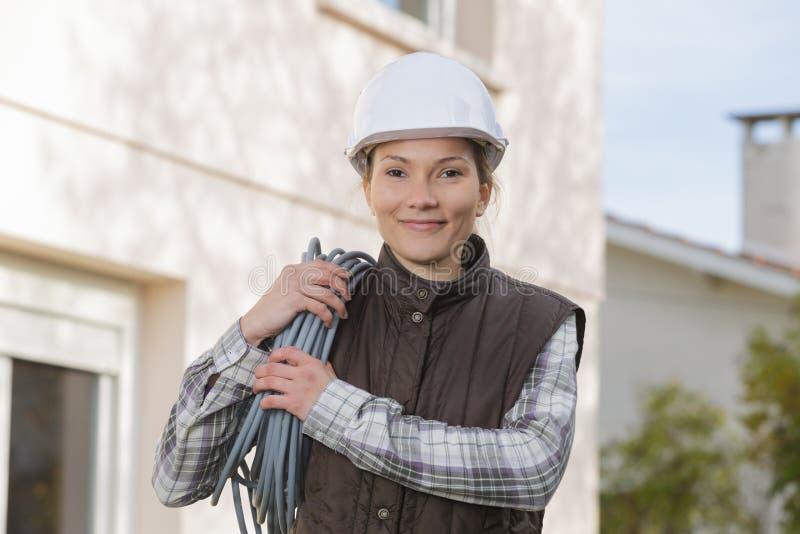 年轻人微笑的女性电工户外 库存图片