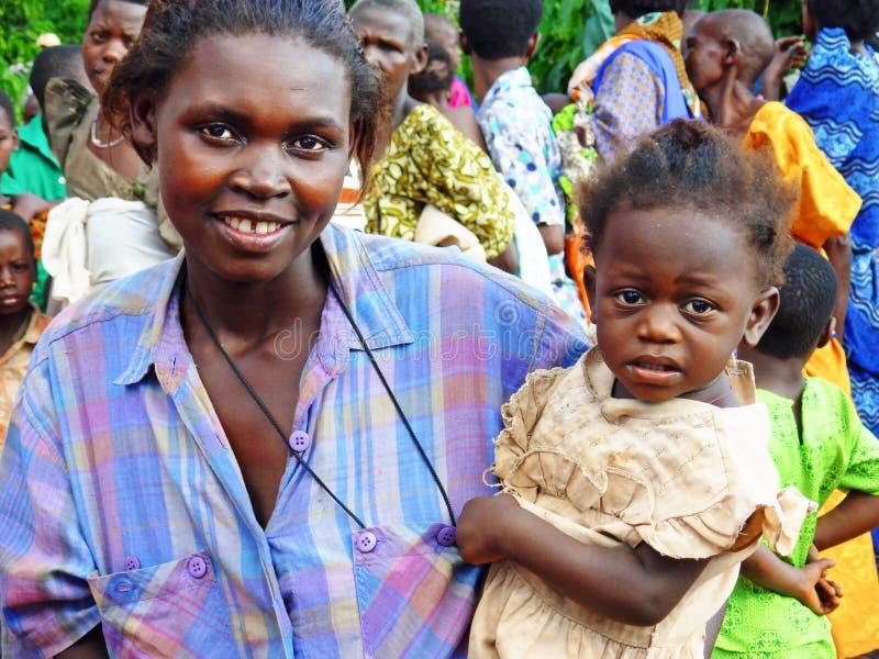 年轻人微笑的非洲母亲和女儿遥远的村庄乌干达,非洲 免版税库存照片