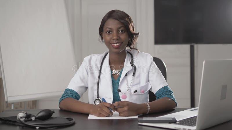 年轻人微笑的黑人非裔美国人的医生的画象 免版税库存图片