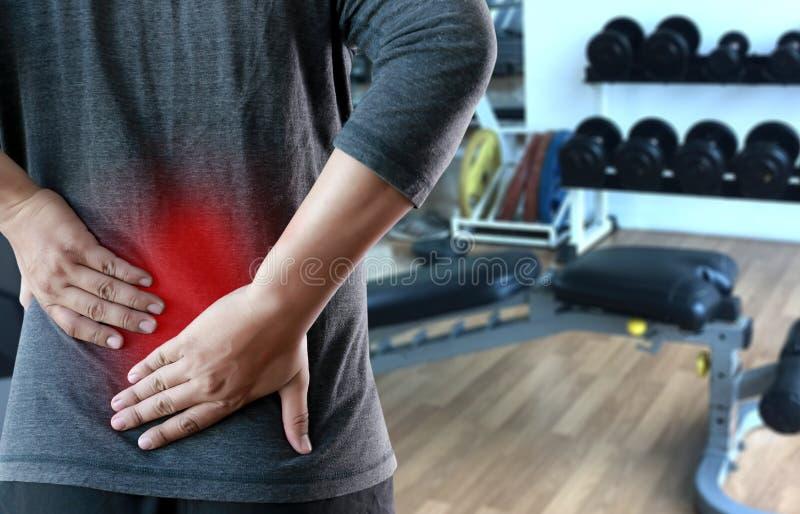 年轻人感觉遭受的腰下部痛镇痛concep 库存照片