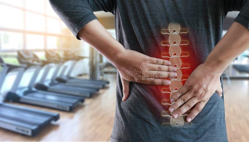 年轻人感觉遭受的腰下部痛镇痛concep 免版税库存图片