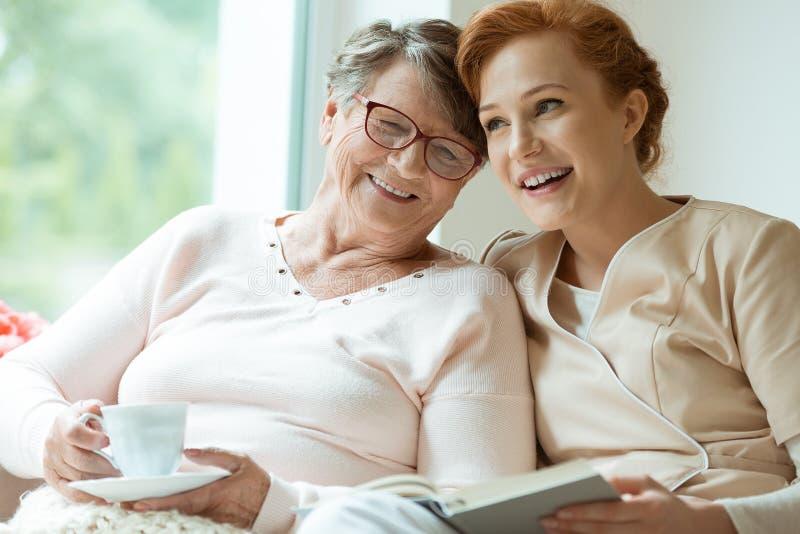 年轻人护士和长辈患者 免版税库存图片