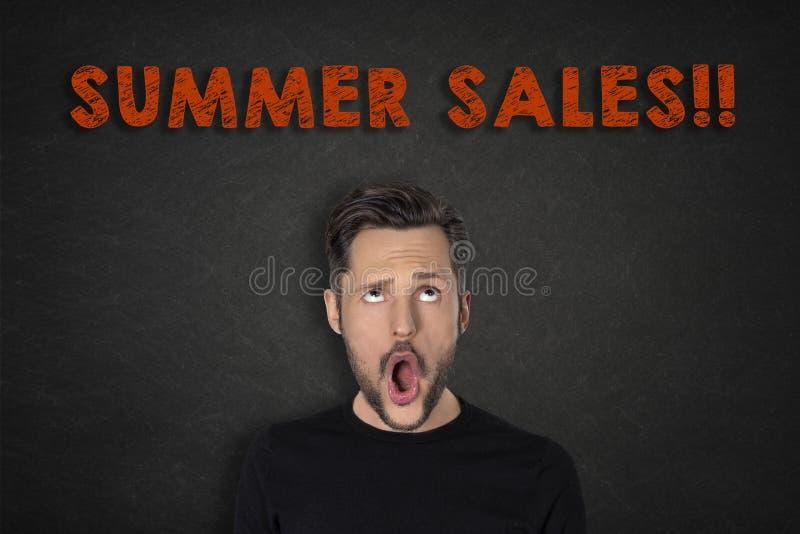 年轻人画象有哇表示和'夏天销售的!'文本 免版税库存图片